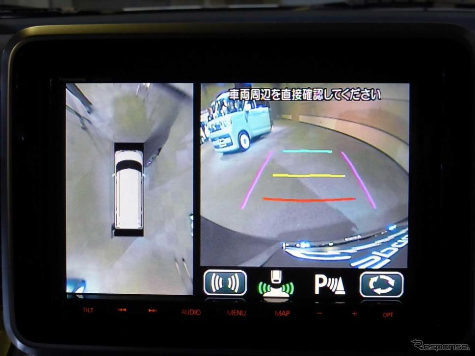 後退時は自車周辺を360°映し出すのに加え、バックカメラはステアリングに連動してガイド線が出る