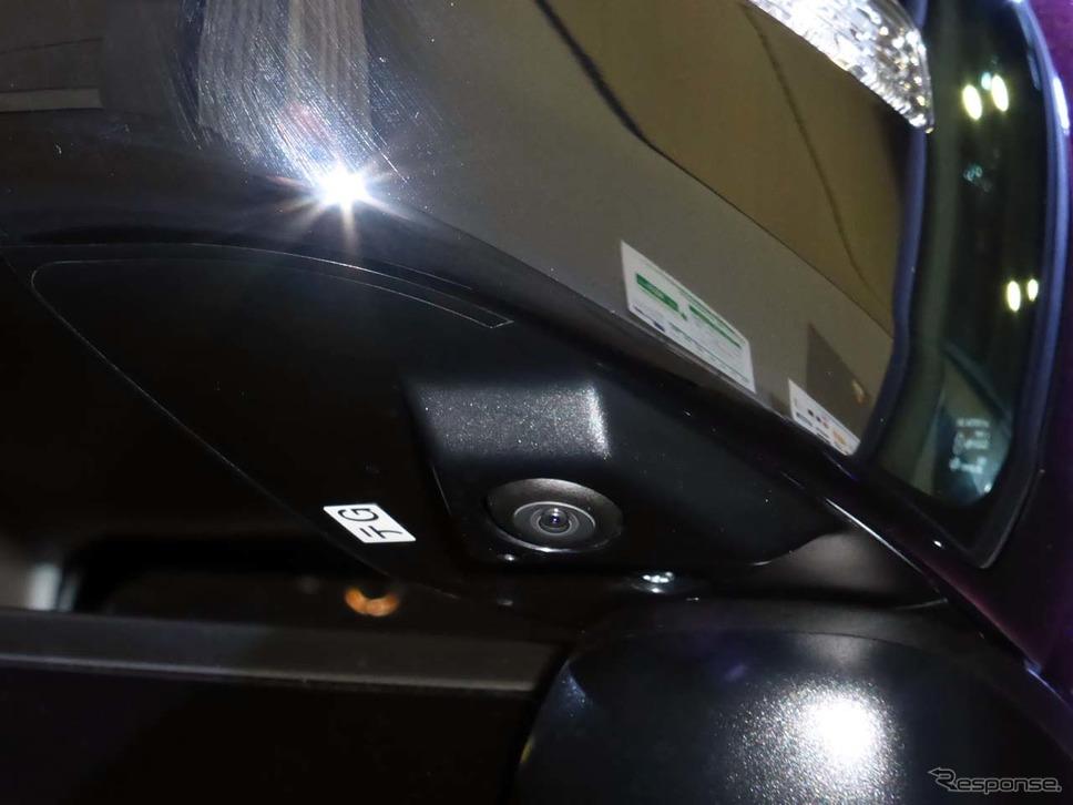 3Dビューや全方位モニターに役立つカメラは、運転席側ミラーにも装着される
