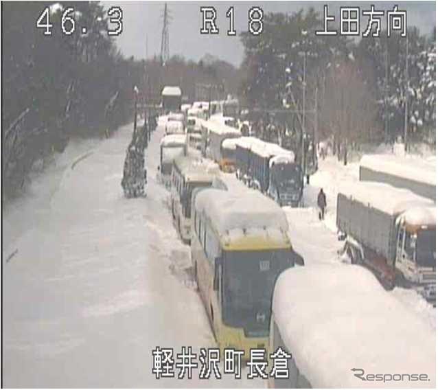 2014年2月13日から15日にかけて大雪が発生し約1600台が立ち往生(国道18号軽井沢バイパス)《画像 国土交通省》