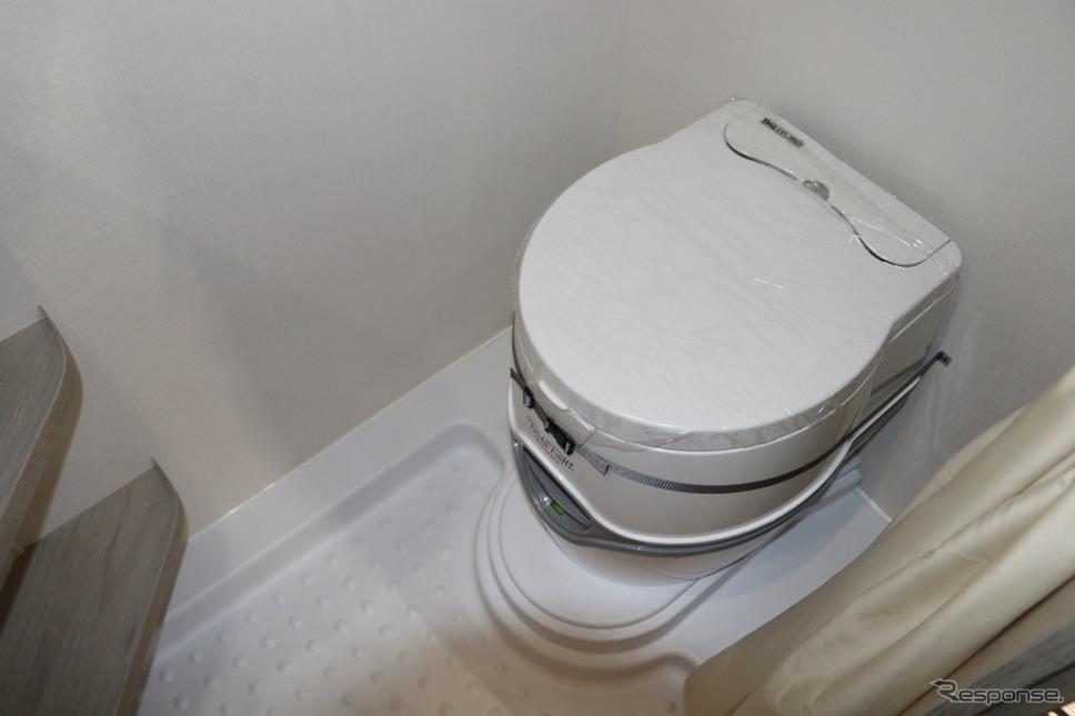カセットタイプの水洗トイレ。メンテナンスも飛躍的に楽になっていることが分かる。日本のために満を持して導入!!インディアナ・RV、左側エントランスのエメロード406Vエディションプレミアムをキャンピングカーショーに出展。《撮影 中込健太郎》