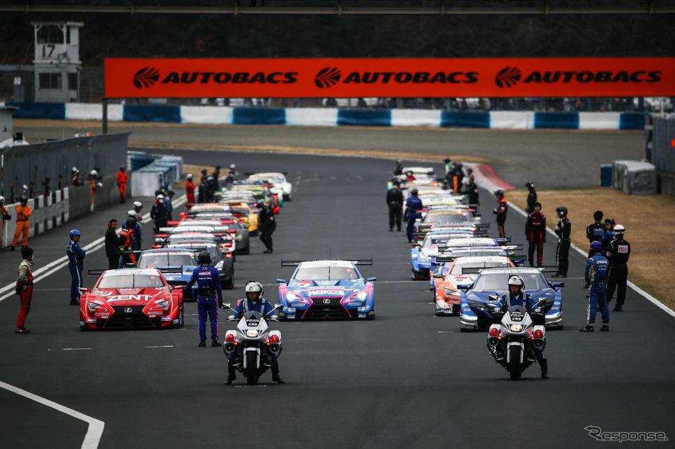 今季も各サーキットでは白バイ先導のスタート前ラップが展開される予定。《撮影 益田和久》