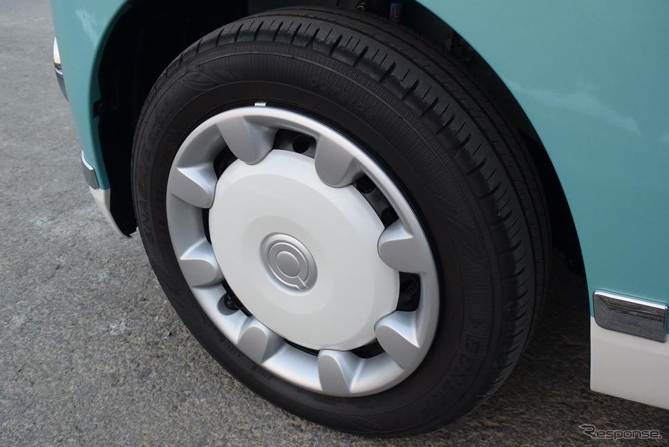 銀/白の2トーンカラーのホイールキャップ。タイヤはダンロップ「エナセーブ」。《撮影 井元康一郎》