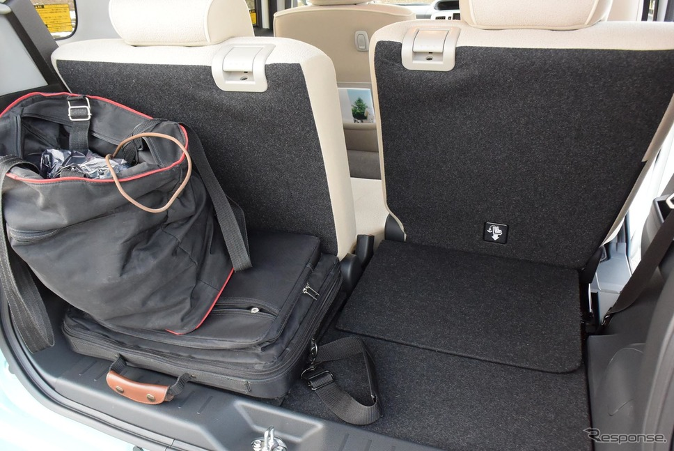 後席を前に寄せれば4人+手荷物の旅もできそうだった。《撮影 井元康一郎》