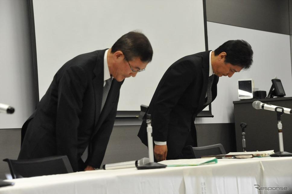謝罪する吉永泰之社長(左)と大崎篤執行役員品質保証本部長(右)。(5日・スバル恵比寿本社ビル)《撮影 中島みなみ》