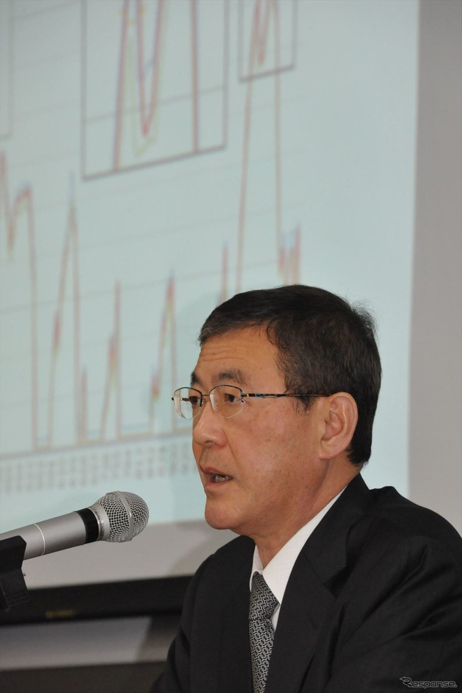吉永泰之社長の背後には、トレースエラーを起こしたデータが(5日・スバル恵比寿本社ビル)《撮影 中島みなみ》