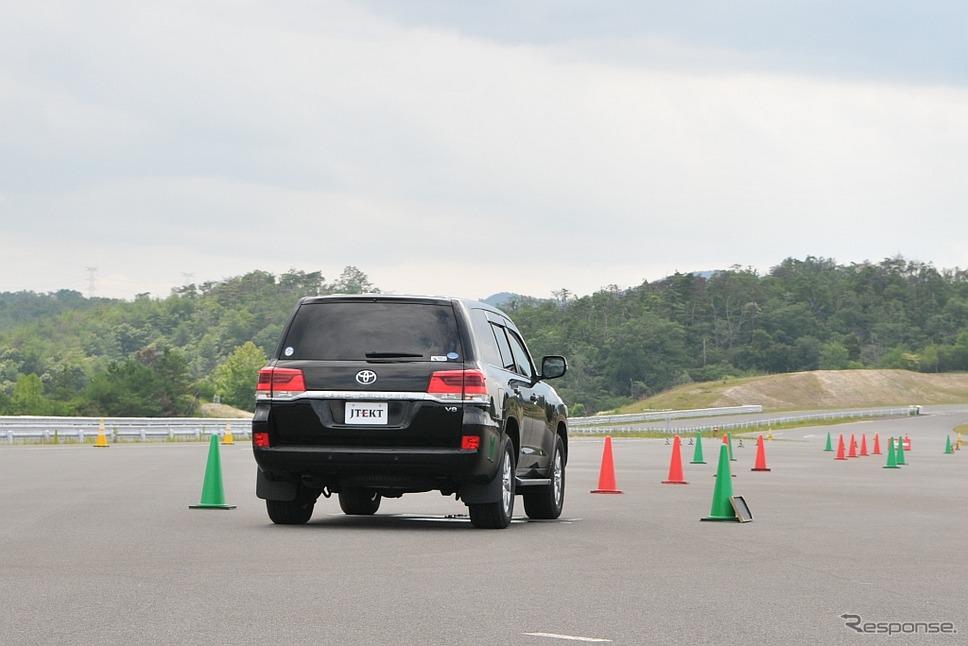 トヨタ・ランクルーザーの試験車両。EPS仕様に改造し、EPS用補助電源システムとして高耐熱リチウムイオンキャパシタを搭載している《撮影 丹羽圭@DAYS》