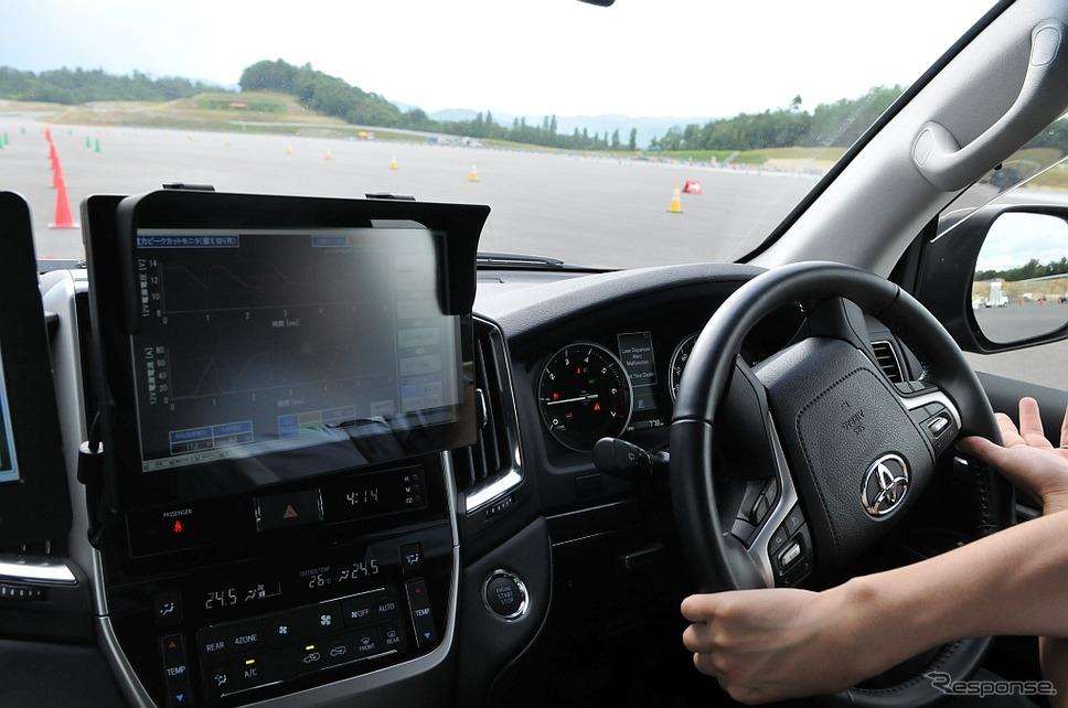トヨタ・ランクルーザーの試験車両。EPS仕様に改造し、EPS用補助電源システムとして高耐熱リチウムイオンキャパシタを搭載している。キャパシタのオン/オフで据え切りの感覚を比較する《撮影 丹羽圭@DAYS》
