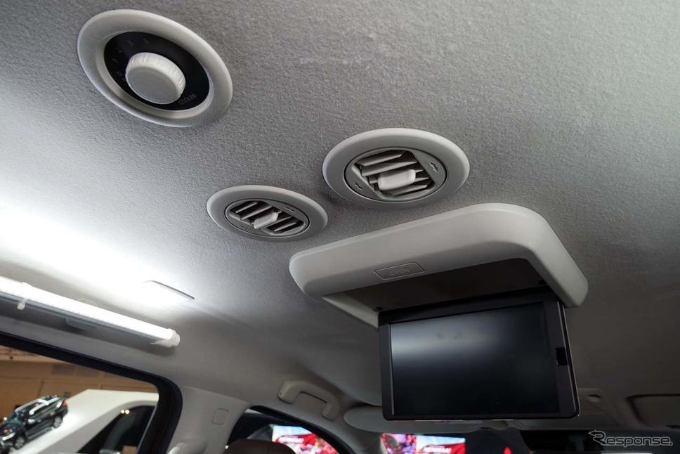 天井にはリア用空調吹き出し口や、収納式液晶モニターも装備されていた《撮影 会田肇》