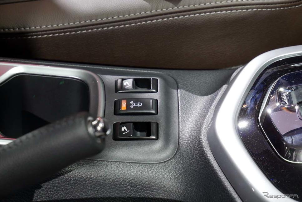 後方用バックセンサーを備え、運転席からサードシートを倒せる機構も採用した《撮影 会田肇》