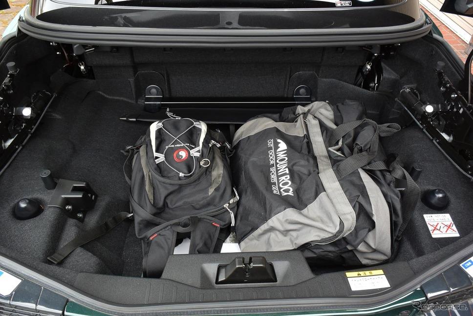 手持ちの荷物を詰め込んでみることにした。ボストンバッグの中には14.1インチモニターサイズのパソコンバッグも。《撮影 井元康一郎》