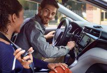 アマゾン『Echo Auto』端末発表…音声アシスト「アレクサ」を車内で利用できる