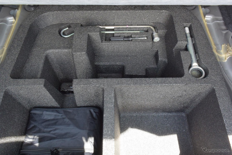 ラゲッジルームのアンダートレイに整然と並べられた工具。緊急事態のときに重宝しそうであった。《撮影 井元康一郎》