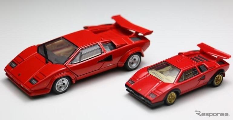 1/43スケールの新商品「トミカプレミアム RS ランボルギーニ カウンタック LP500S」(左)と通常サイズの「タカラトミーモールオリジナル トミカプレミアム ランボルギーニ カウンタック LP500S」(右)のサイズ比較