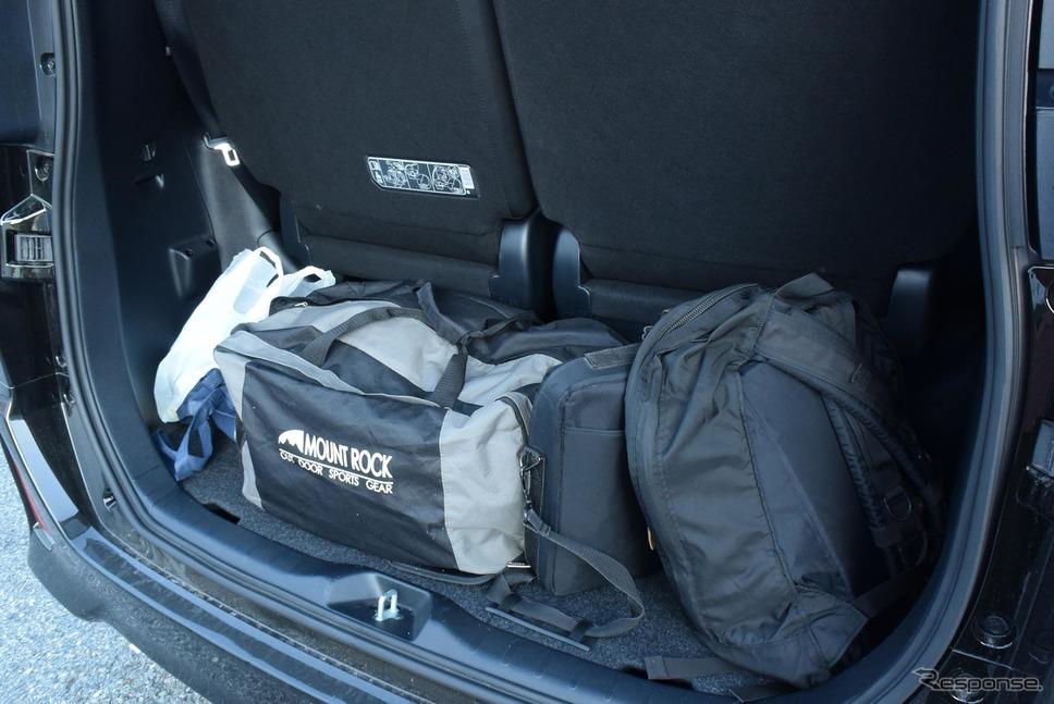 ボストンバッグとリュックを搭載。狭いようだがこれでも2リットル級5ナンバーミニバンとしては広いほうだ。《撮影 井元康一郎》