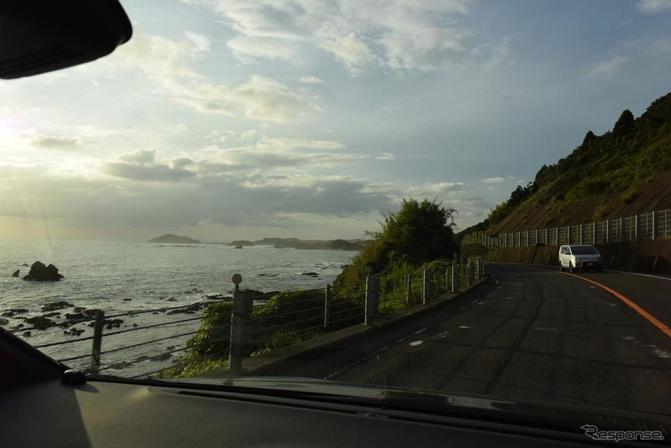 国道3号線、東シナ海沿岸を走行中。走行ラインは思いのほか安定していた。《撮影 井元康一郎》