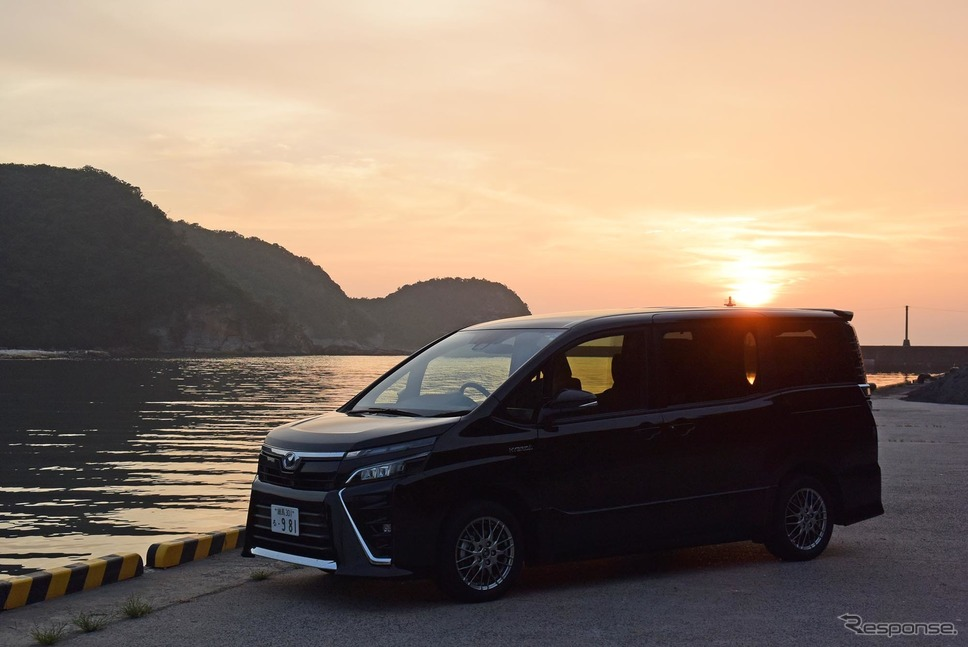 島根・温泉津にて夕日を眺める。《撮影 井元康一郎》