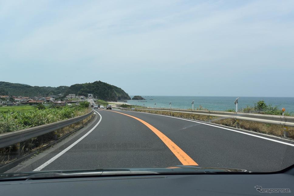 島根・大田付近の国道9号線を走行中。夏の日本海の淡い青が素敵だった。《撮影 井元康一郎》