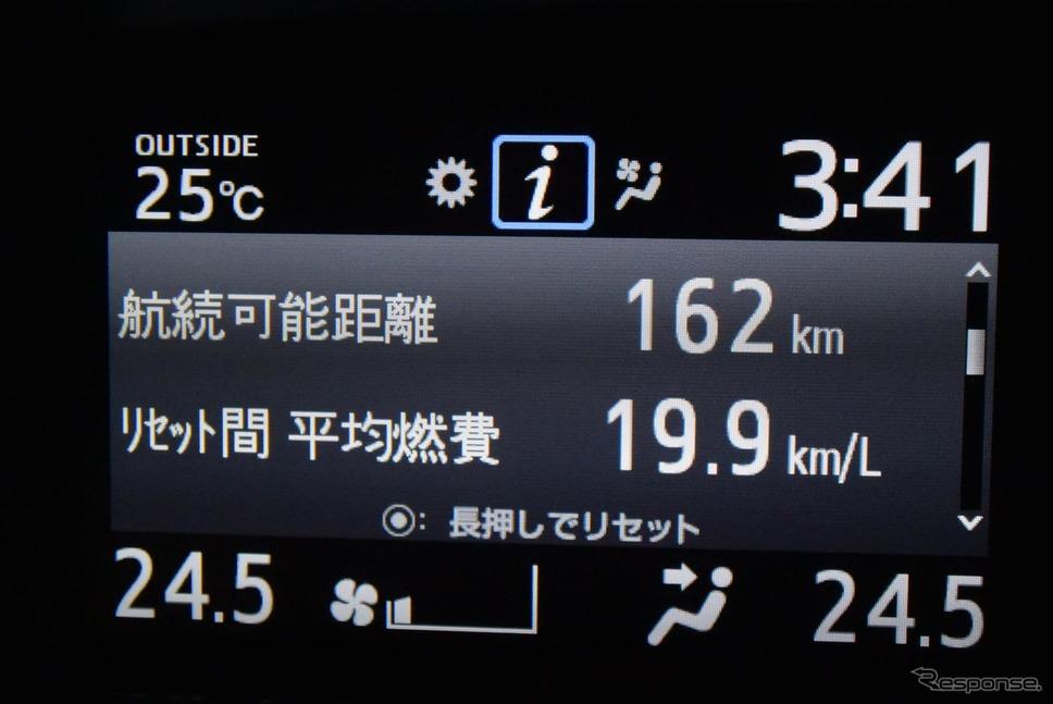 ダッシュボード上の液晶に平均燃費計を表示させてみた。《撮影 井元康一郎》