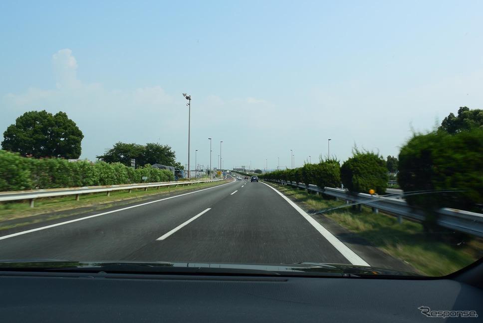 九州自動車道を走行中。高速安定性は悪くはなかった。《撮影 井元康一郎》