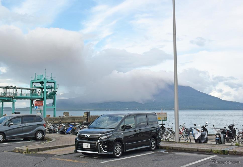 鹿児島・桜島をバックに。《撮影 井元康一郎》