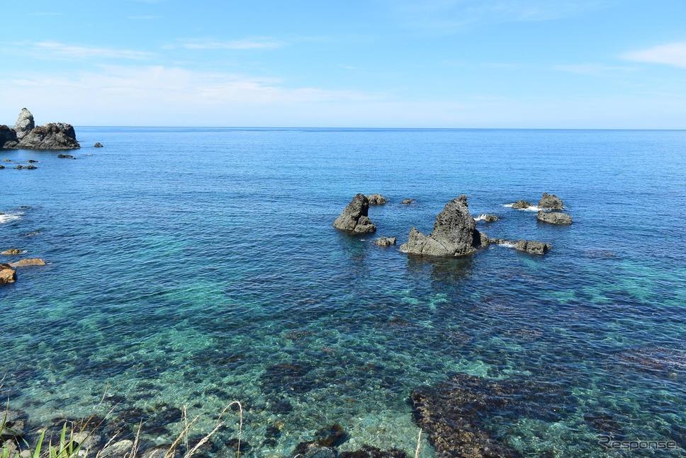 兵庫北方にて日本海を眺める。天気が良いときの日本海の色合いはことのほか綺麗だ。《撮影 井元康一郎》