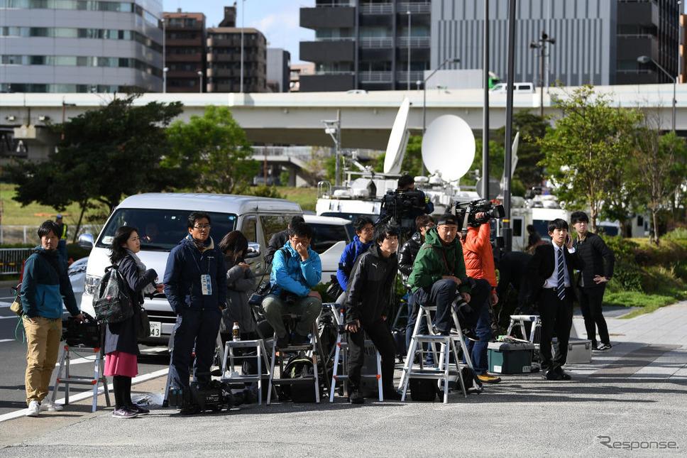日産本社そばで待機する報道陣(20日、横浜市)。 (c) Getty Images
