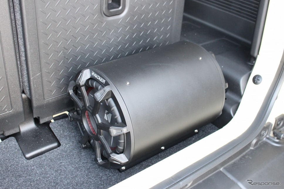 ショップデモカーのラゲッジには低音を底上げするチューンナップウーファーを搭載。《PHOTO:土田康弘》