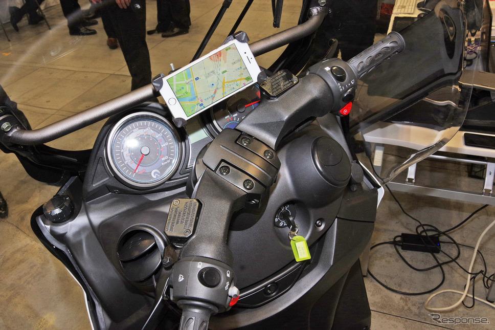 スマートフォンと連動したイグニッションシステムの検証をおこなうADIVAの3輪バイク《撮影 宮崎壮人》