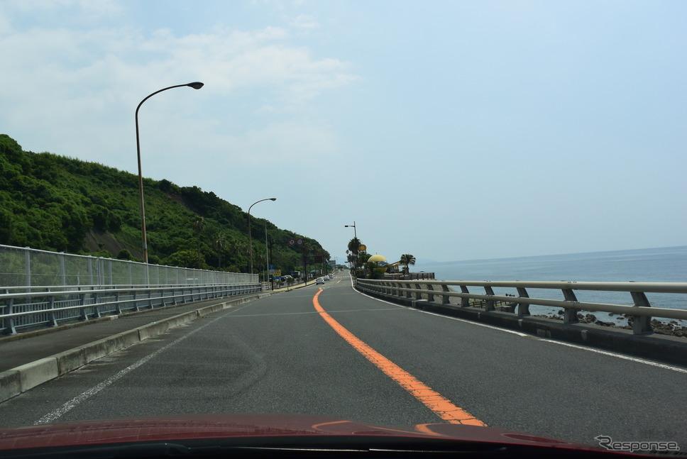 鹿児島の海岸線を走る国道3号線。《撮影 井元康一郎》