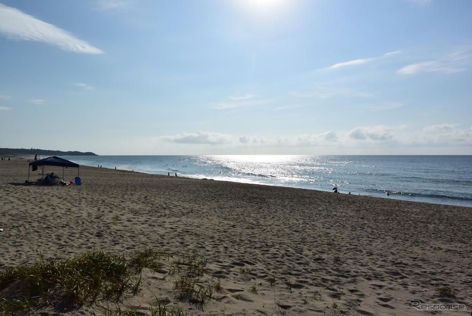 島根の波子海水浴場。景観の変化を楽しみながら走るには山陰道は最高である。《撮影 井元康一郎》