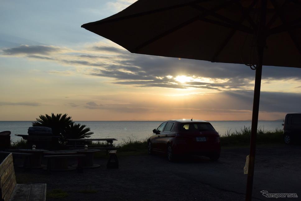 日本三大砂丘のひとつ、鹿児島の吹上浜北端に近い江口浜、カフェAka'Akaにて。お店はスイーツが名物。《撮影 井元康一郎》