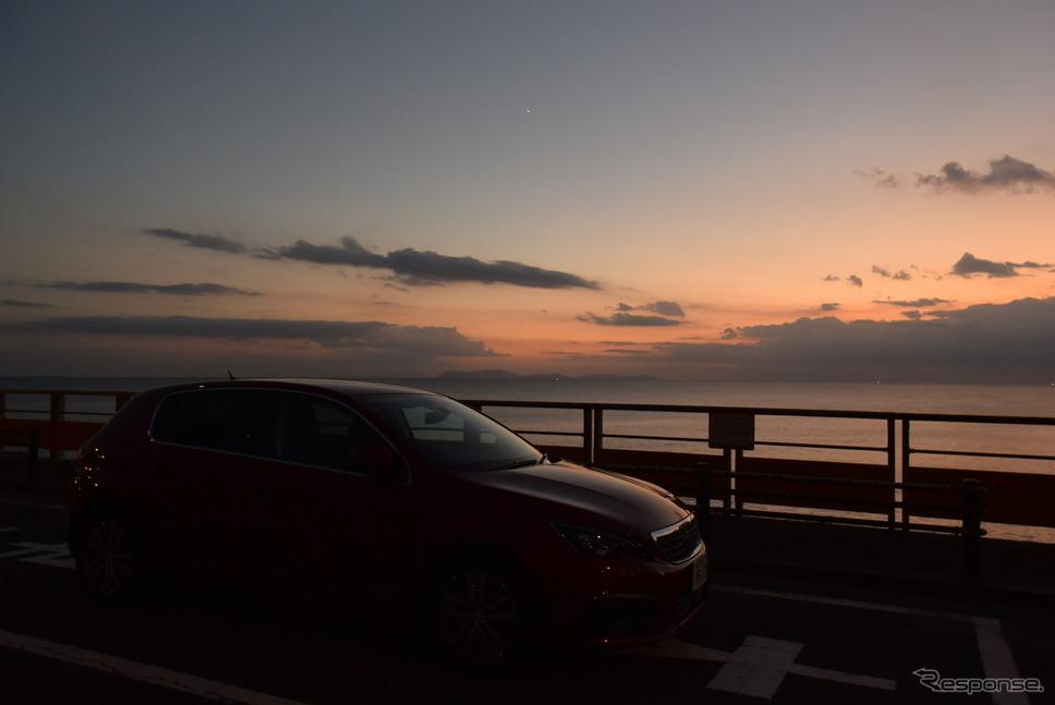 夕暮れの東シナ海を眺める。《撮影 井元康一郎》