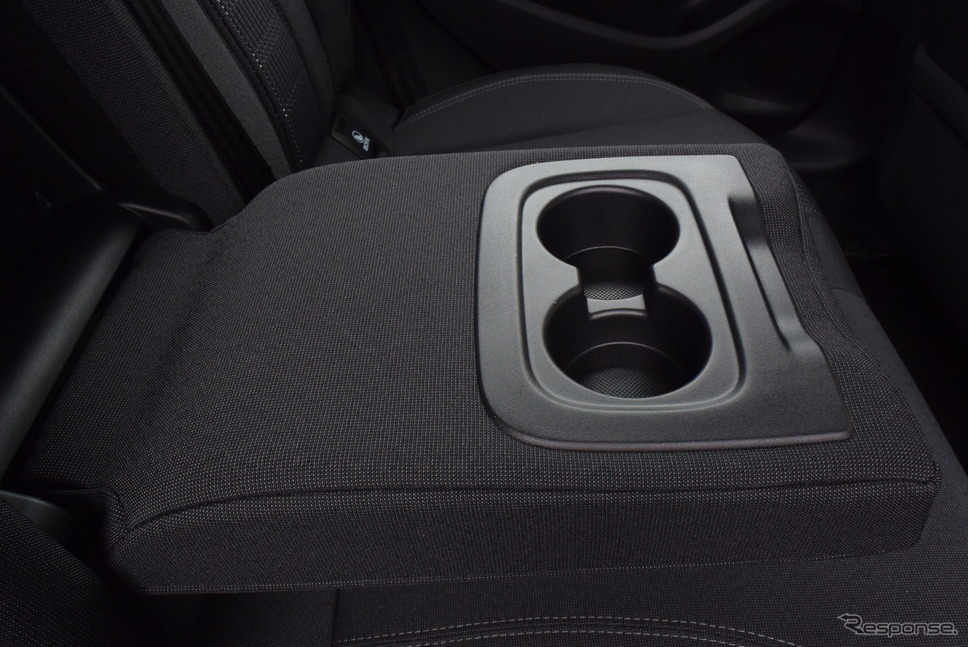前席にはないカップホルダーがなぜか後席のアームレストには設置されている。謎仕様のひとつである。《撮影 井元康一郎》