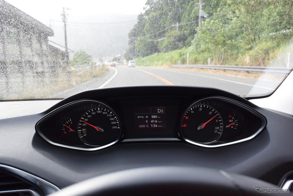 インパネ。スピードメーターが時計回り、タコメーターが反時計回りという変則表示だが、案外見やすい。《撮影 井元康一郎》