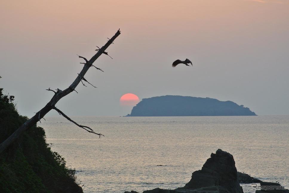 山口・宇田郷にて、日本海に沈む夕日をついでに記念撮影。《撮影 井元康一郎》