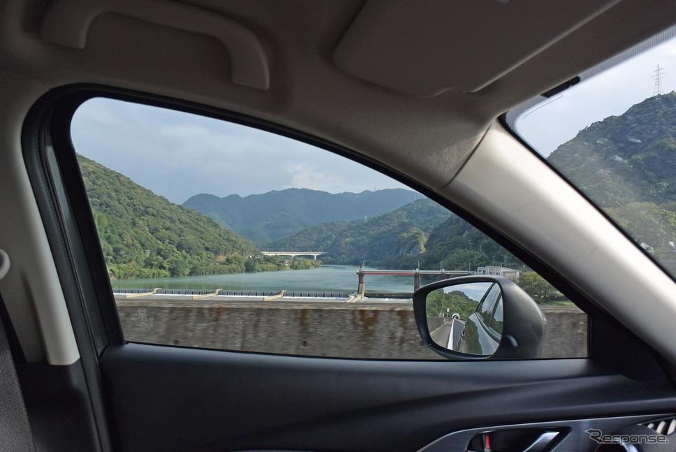 車窓から熊本・球磨川を眺める。SUV的開放感というよりはクーペライクなパーソナル空間が先に立つ雰囲気。《撮影 井元康一郎》
