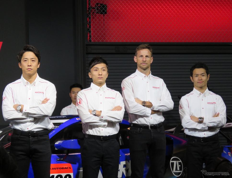 左から伊沢拓也、野尻智紀、バトン、山本尚貴。《撮影 遠藤俊幸》