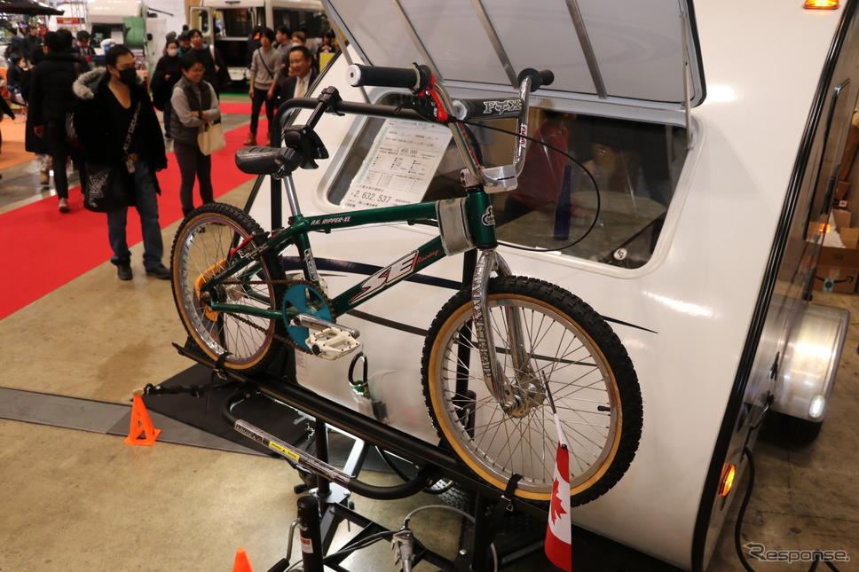オプションの専用自転車ラックは販売店社長のおすすめ。《撮影 中込健太郎》