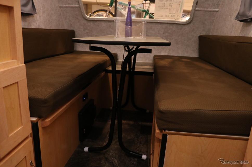 このテーブル、折り畳み式で移動も可能。外でバーベキューをする際にもそのまま持って出ることができる。《撮影 中込健太郎》