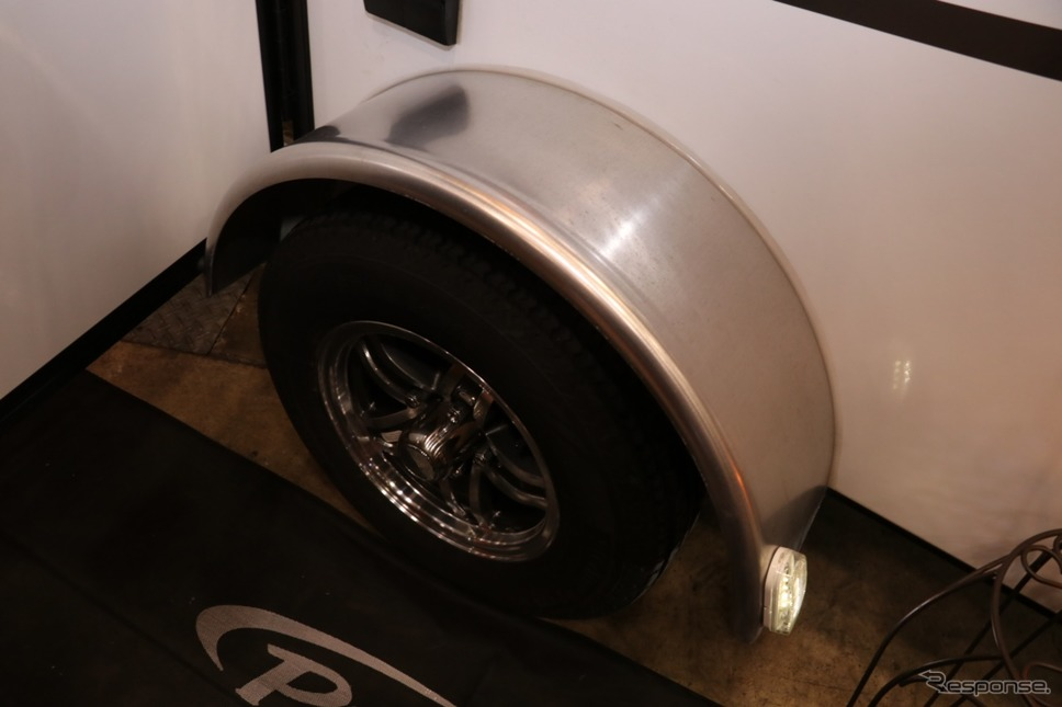 キャビン内にタイヤハウスがないので、室内にフラットな部分を広くとることに成功している。《撮影 中込健太郎》