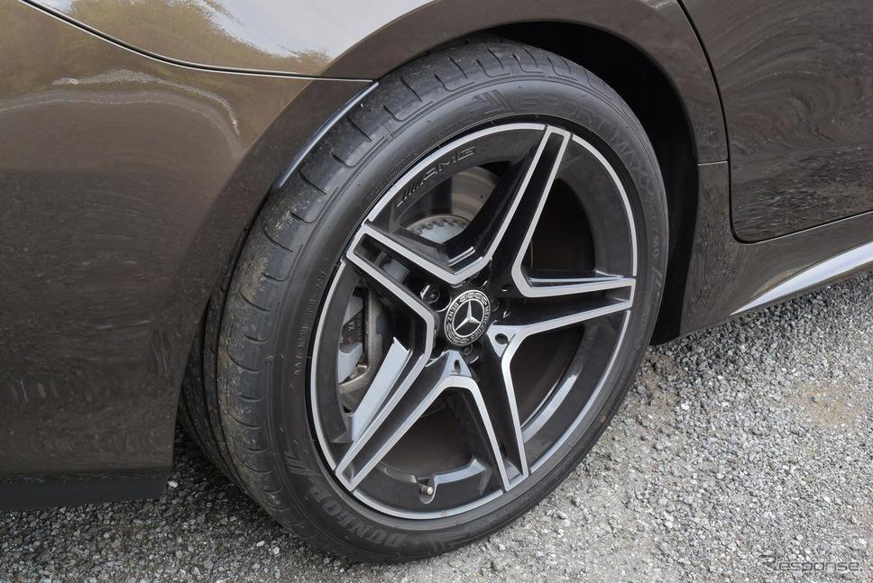 タイヤはダンロップ「SPORT MAXX RT2」。前245/40R19、後275/35R19。銘柄、サイズともディーゼル+後輪駆動の「220dスポーツ」と同じ。《撮影 井元康一郎》