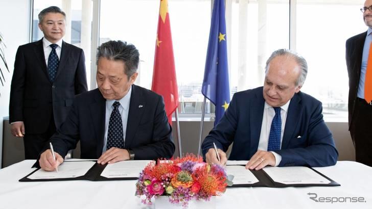 提携の調印を行う中国と欧州の両自工会首脳