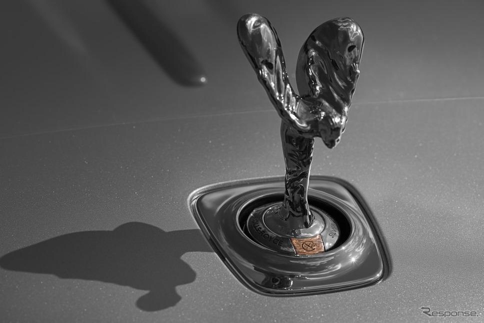 ロールスロイスの35台限定車 「シルバーゴーストコレクション」に備わる純銀製スピリット オブ エクスタシーと銅製の刻印が施された特製ホールマーク