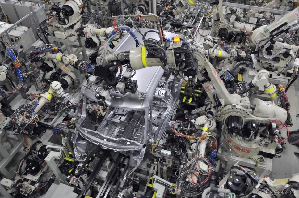 滋賀工場 第2工場のボディライン。ロボットアームが一斉にスポット溶接を行うが、部品の高精度化によって火花は出ない。《撮影 丹羽圭@DAYS》