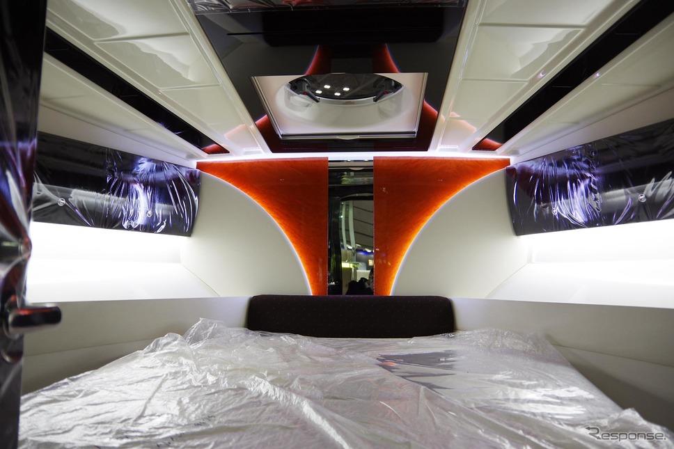 シースタイルチャーターで利用できる超高級ボート「イグザルト36 スポーツサルーン」の内装(ジャパンインターナショナルボートショー2019)《撮影 宮崎壮人》