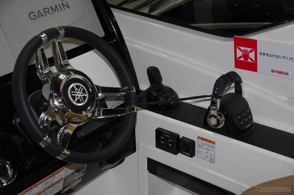 船外機用操船システム「ヘルムマスター」を採用した操縦席(ジャパンインターナショナルボートショー2019)《撮影 宮崎壮人》
