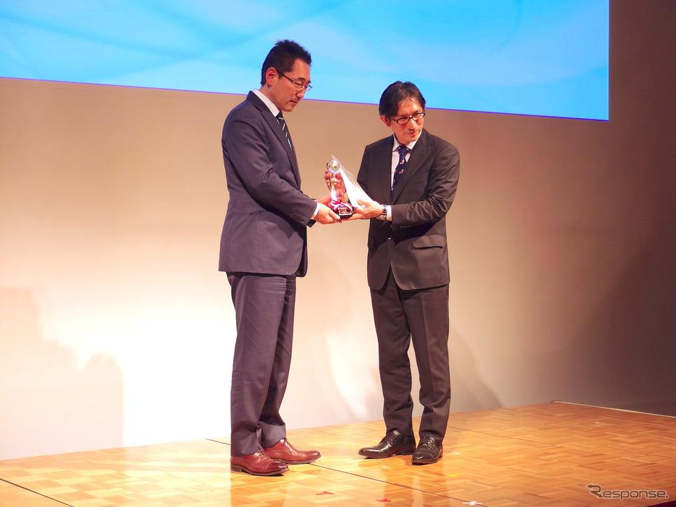 審査委員長でレスポンスの三浦和也編集人(向かって左)と、トヨタ自動車渉外広報部広報室の築城担当部長《撮影 高木啓》