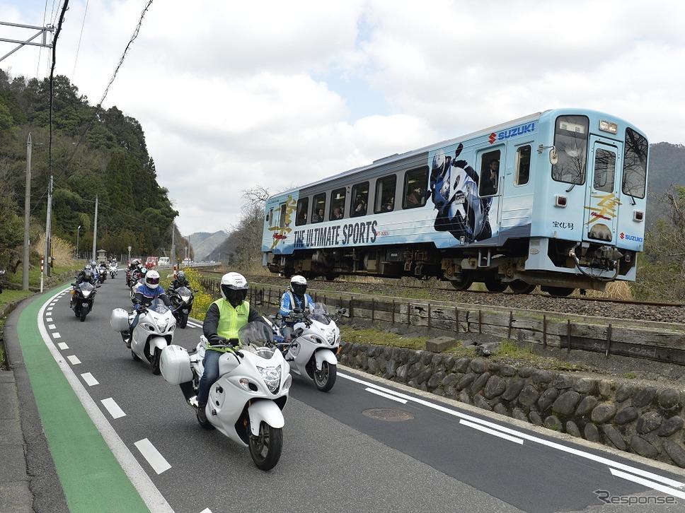 前回ラッピング列車とバイクの並走パレード。《撮影 衣斐隆》
