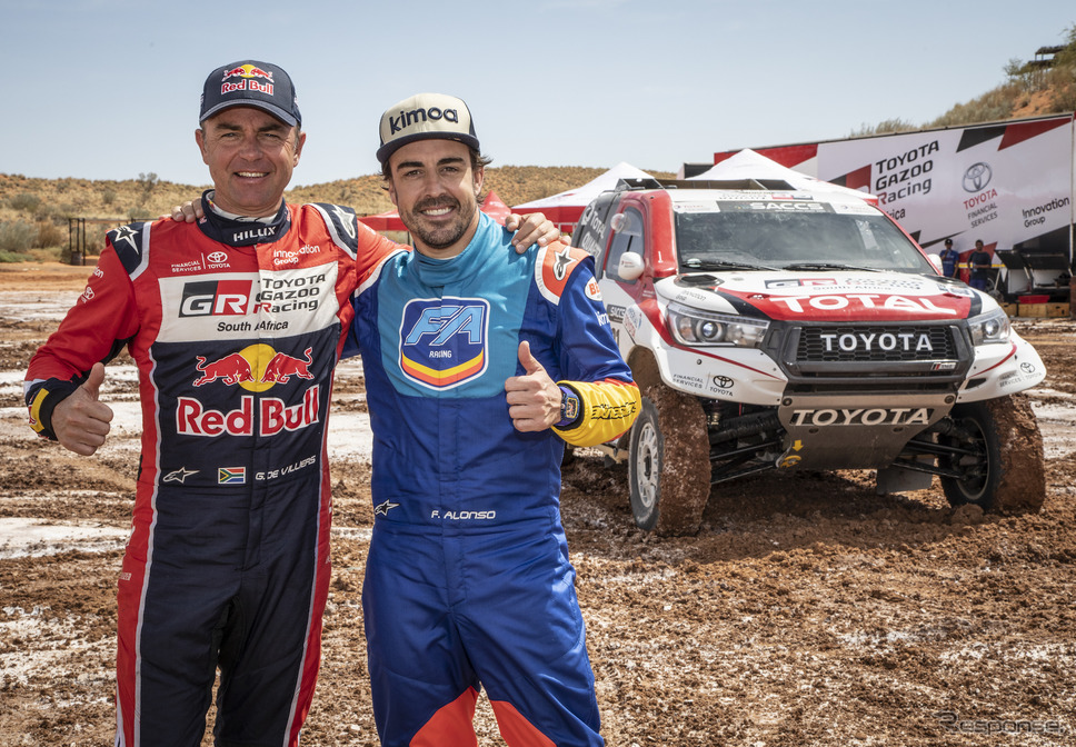 ダカールラリー優勝車をテストしたアロンソ(左はコーチ役を務めたドゥビリエ)。《写真提供 TOYOTA》