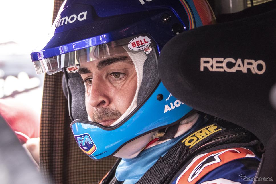 フェルナンド・アロンソがダカールラリー優勝車をテストした。《写真提供 TOYOTA》
